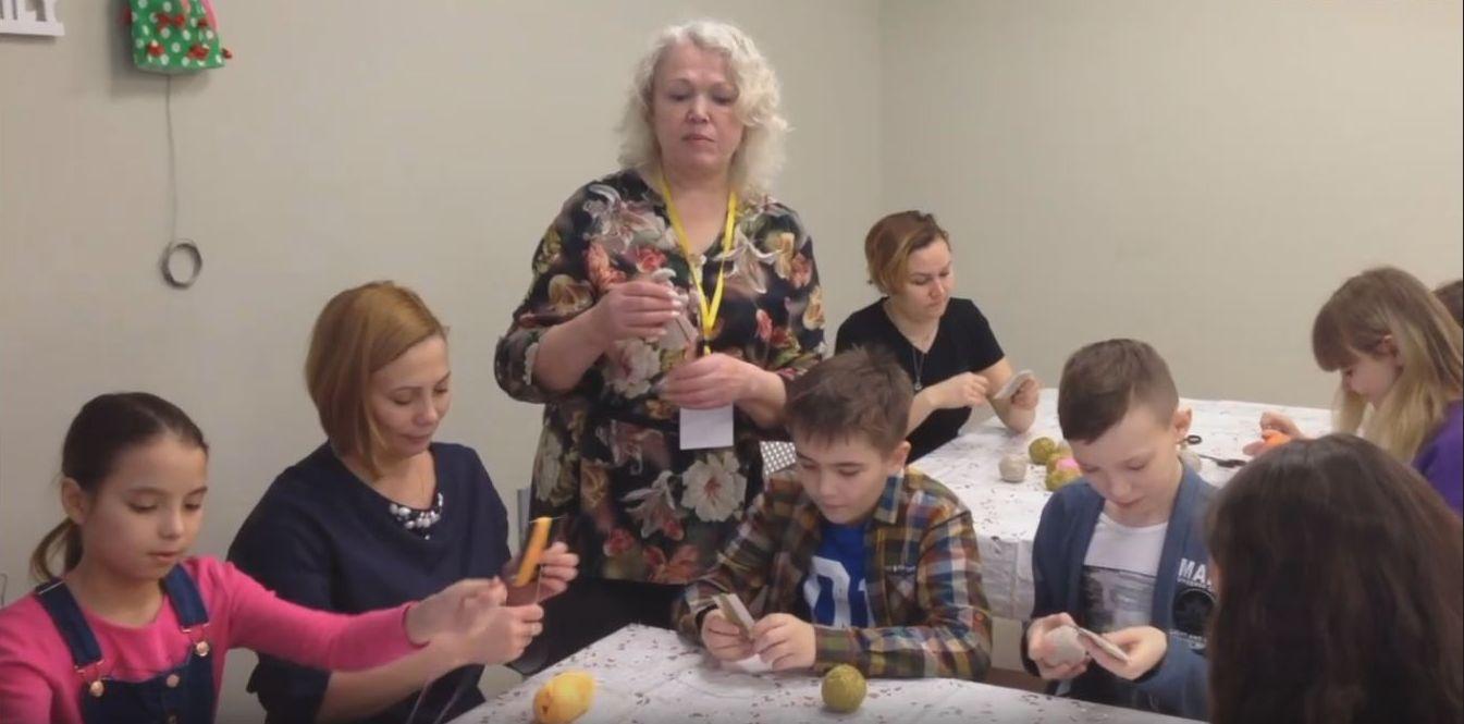 Пять суббот в течение марта под руководством мастерицы Татьяны Актановой альметьевцы мастерили обережных кукол в Альметьевской картинной галерее.