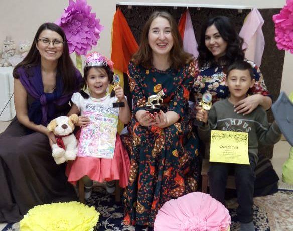 Директор семейного центра вручила подарок семье Фатыховых